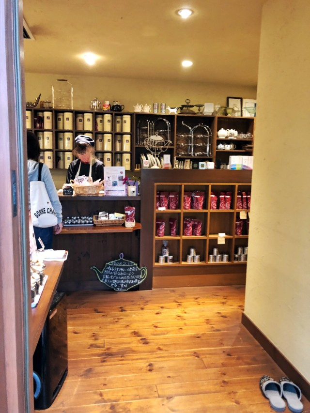 名古屋市天白区【植田ラティス】モーニング 店舗入り口でスリッパに履き替えます