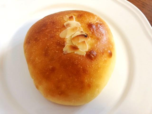 名古屋覚王山パン【Unjour(アンジュ―ル)】うみたてたまごのクリームパン2